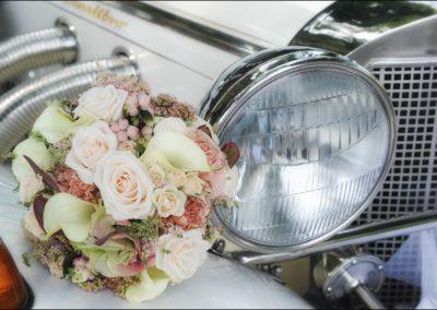 Bouquet su macchina d'epoca