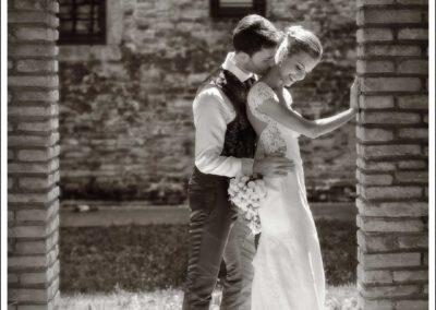 Teneri abbracci tra sposi